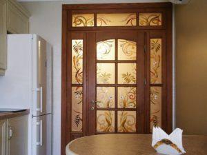 Двери с витражом в интерьере