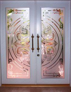 Двери с пескоструйным витражом
