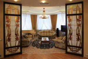 Витражные двери гостиной
