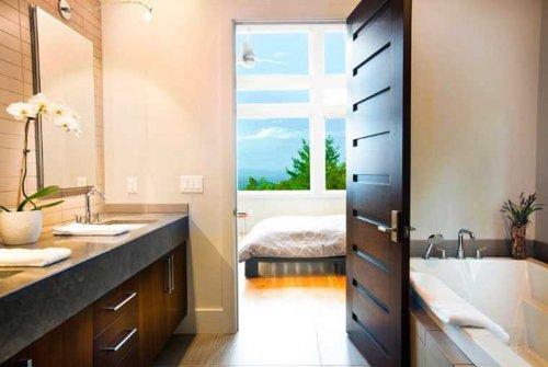 расшпашная дверь в ванной