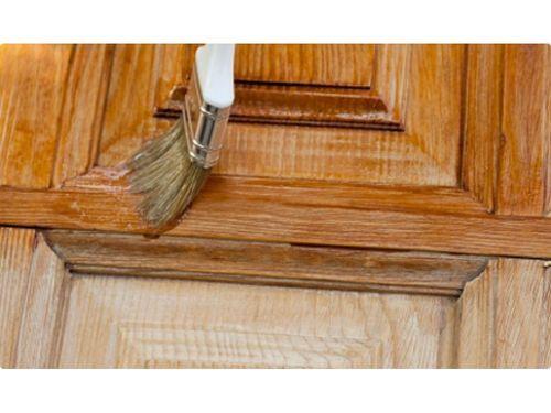 покрытие лаком деревянной двери