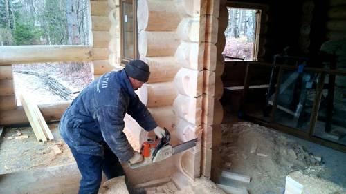резка проема в деревянной стене